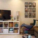 Красивый диван в комнате