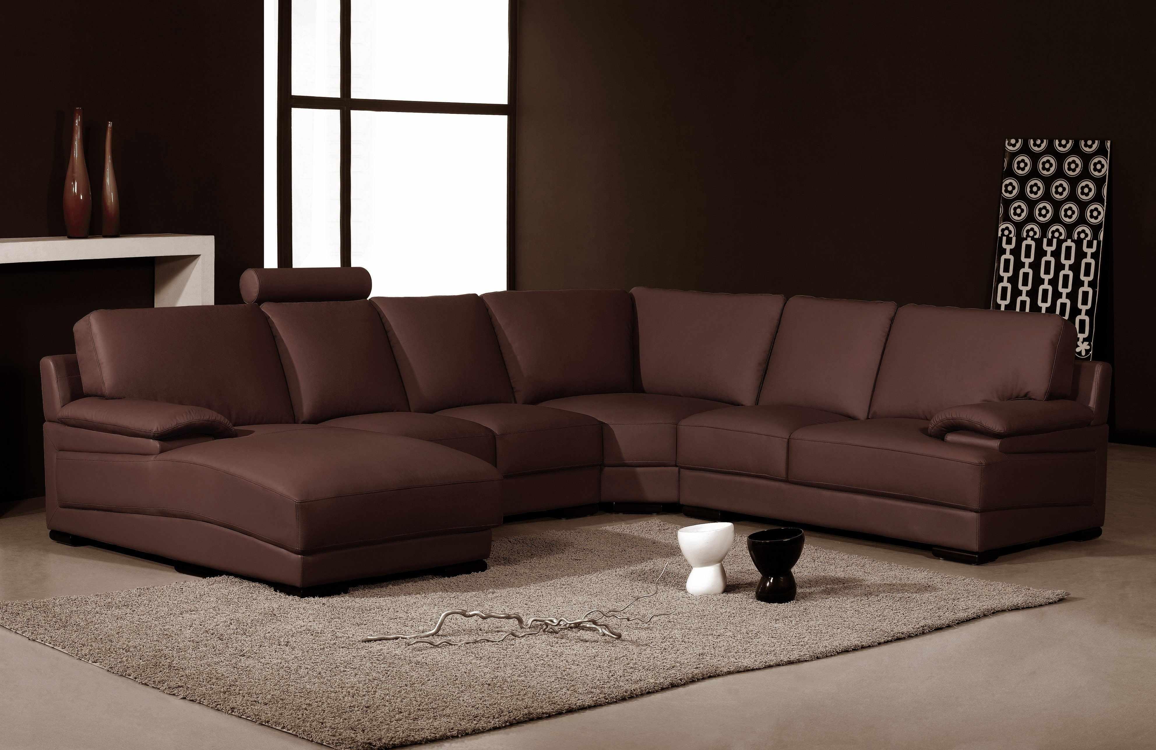 Стильный коричневый диван в гостиной