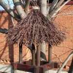 Кормушка с крышей из веток