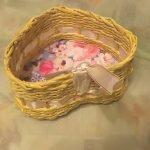 Плетенная коробка в форме сердца