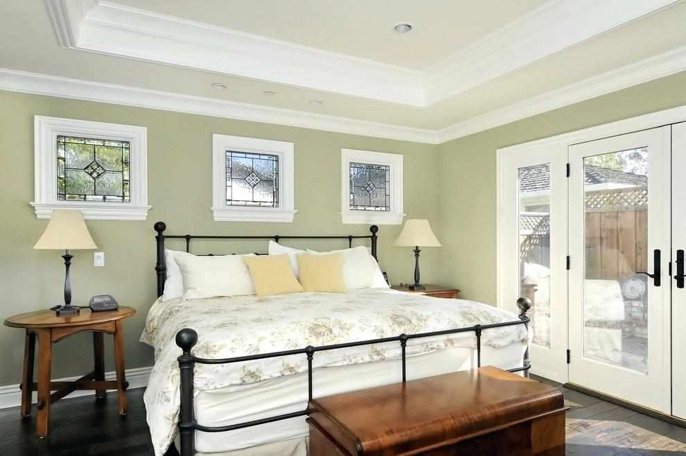 Простой декор спальни