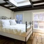 Кованая кровать в современной спальне
