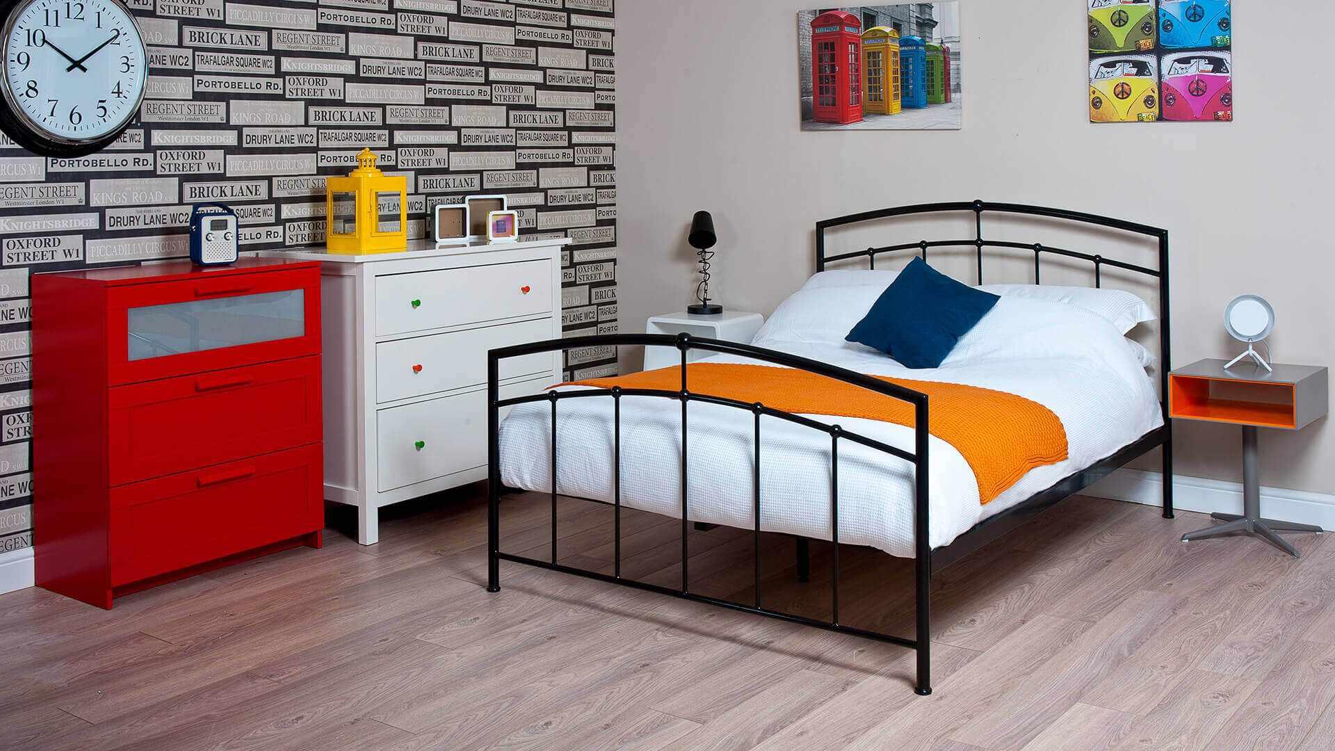 Кованая кровать в детской комнате