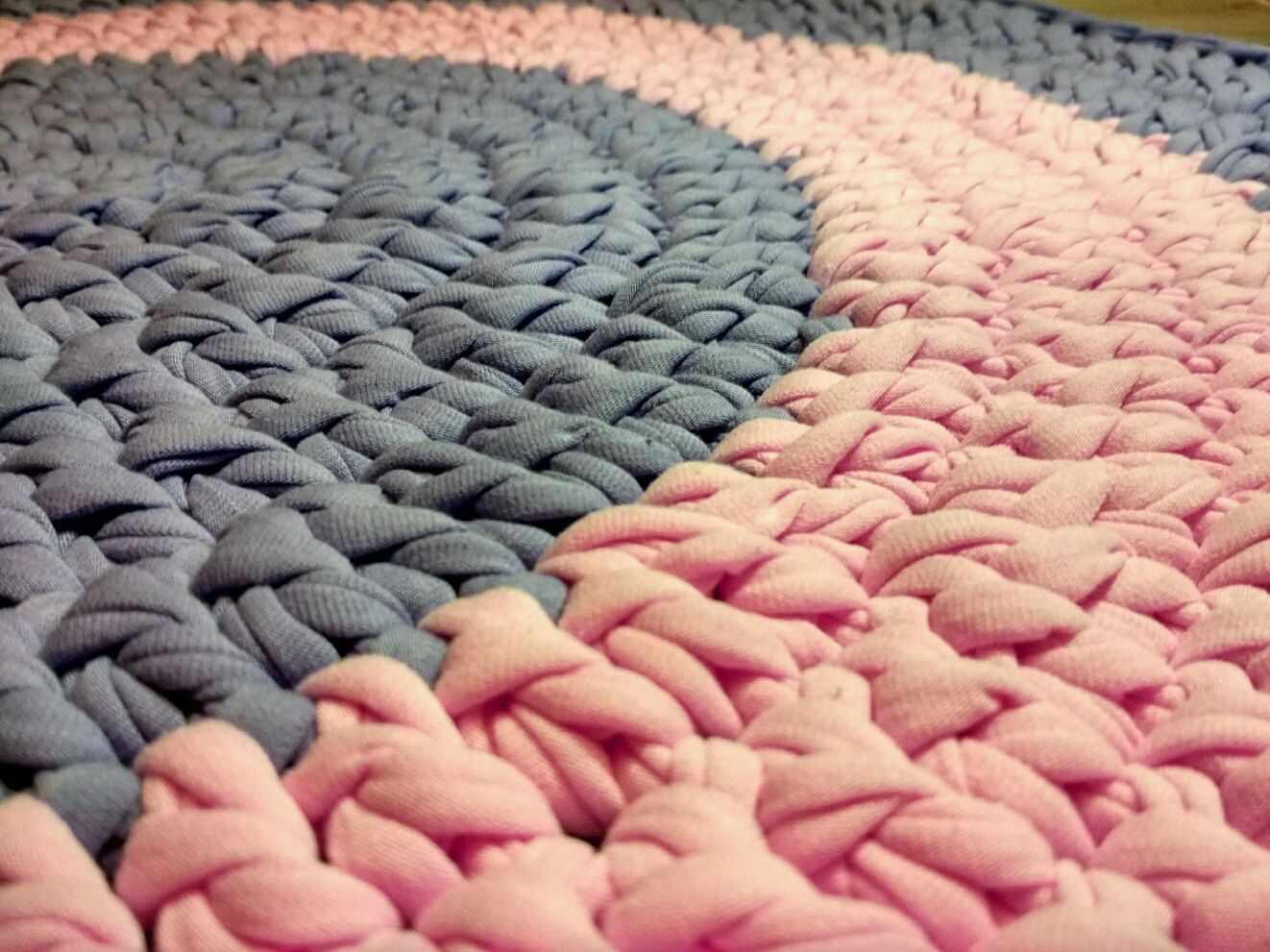 Плетенный коврик из трикотажной пряжи