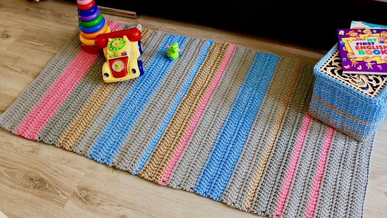 Яркий коврик из трикотажной пряжи