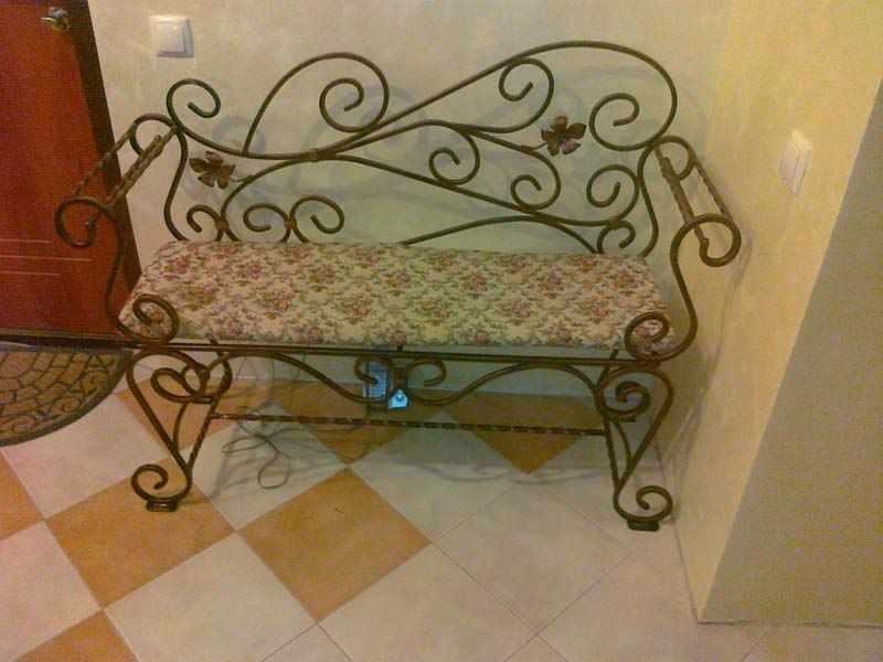 Кованная скамейка в прихожей