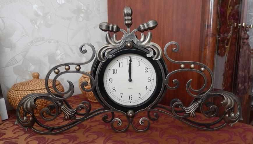 Кованые часы в интерьере
