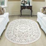 Полукруглая комната с мебелью и ковром