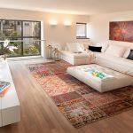 Белый диван с черными подушками в гостиной