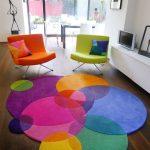 Интерьер с цветными креслами и ковром