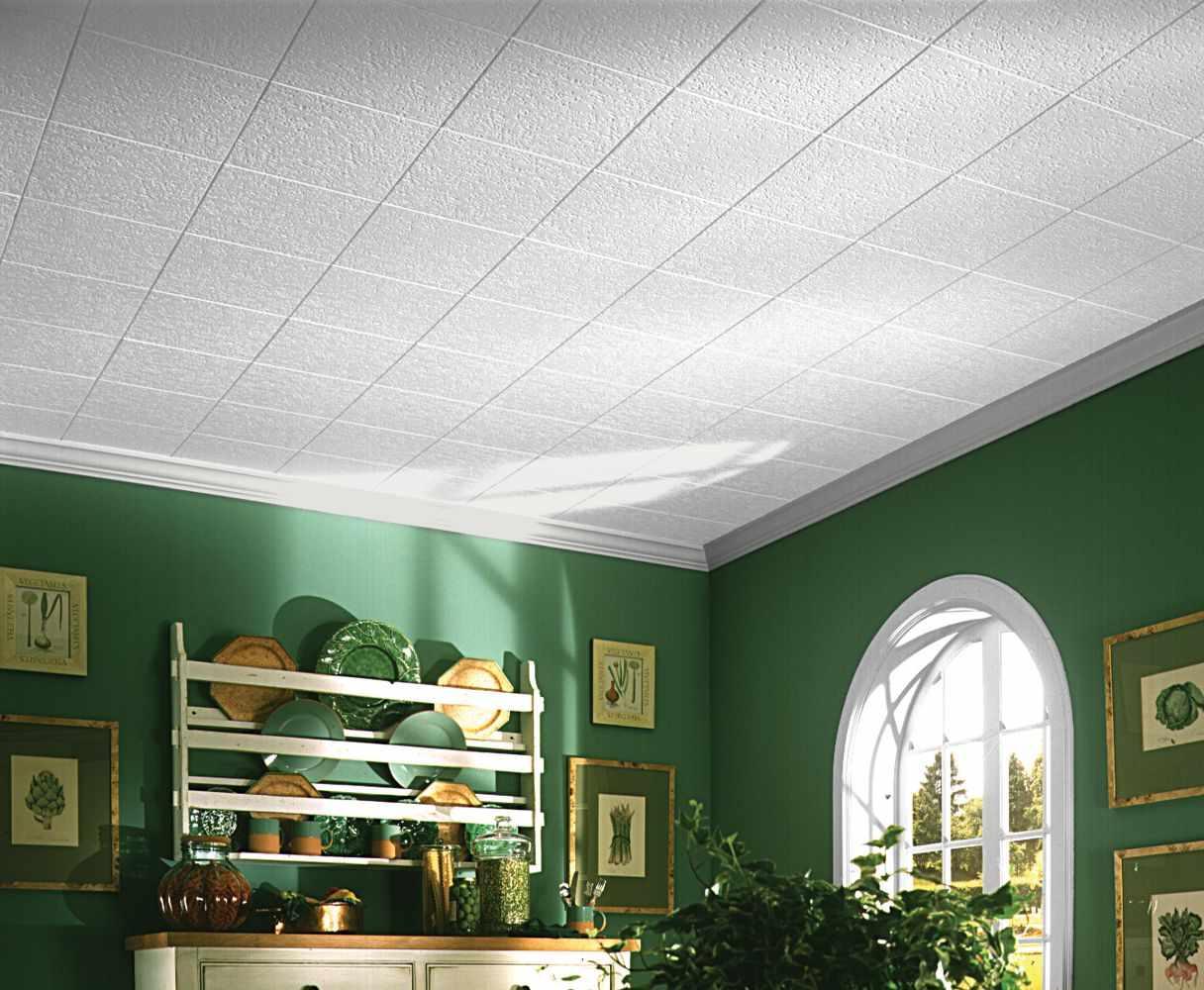 Потолок с пенопластовыми плитами в интерьере