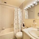 Дизайн бежевой ванной в классическом стиле