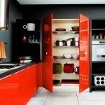 Шкаф с красными дверцами