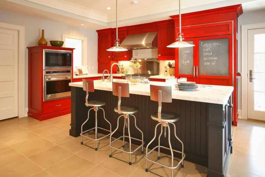 Многоуровневый потолок на кухне с красной мебелью