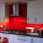 Сочетание серой мебели и красного фартука