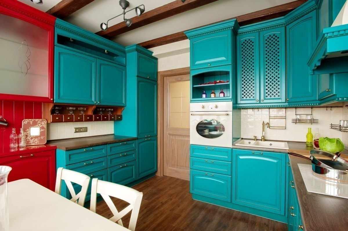 Бирюзово-красное сочетание в интерьере кухни