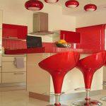 Красные стулья на кухне