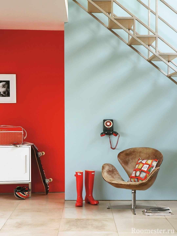 Телефон и кресло под лестницей
