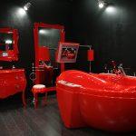 Красная мебель в комнате с черными стенами