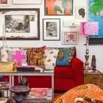 Красный диван в яркой гостиной