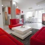 Красная мебель в кухне-гостиной