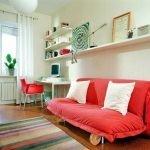 Красный диван в спальне для подростка