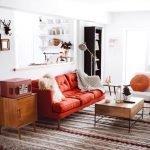Ярко-алый диван в гостиной