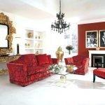 Красный диван с рисунком