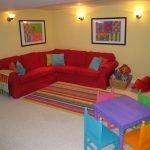 Красный диван в игровой зоне