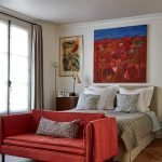 Красный диван сочетается с декором