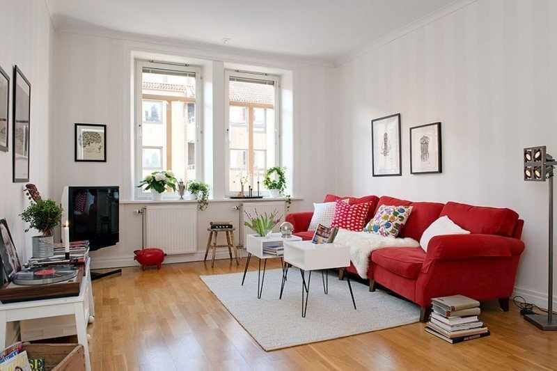 Белая гостиная с красным диваном