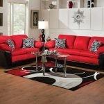 Красно-черные диванчики в гостиной