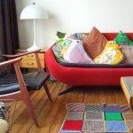 Красный диван с яркими подушками