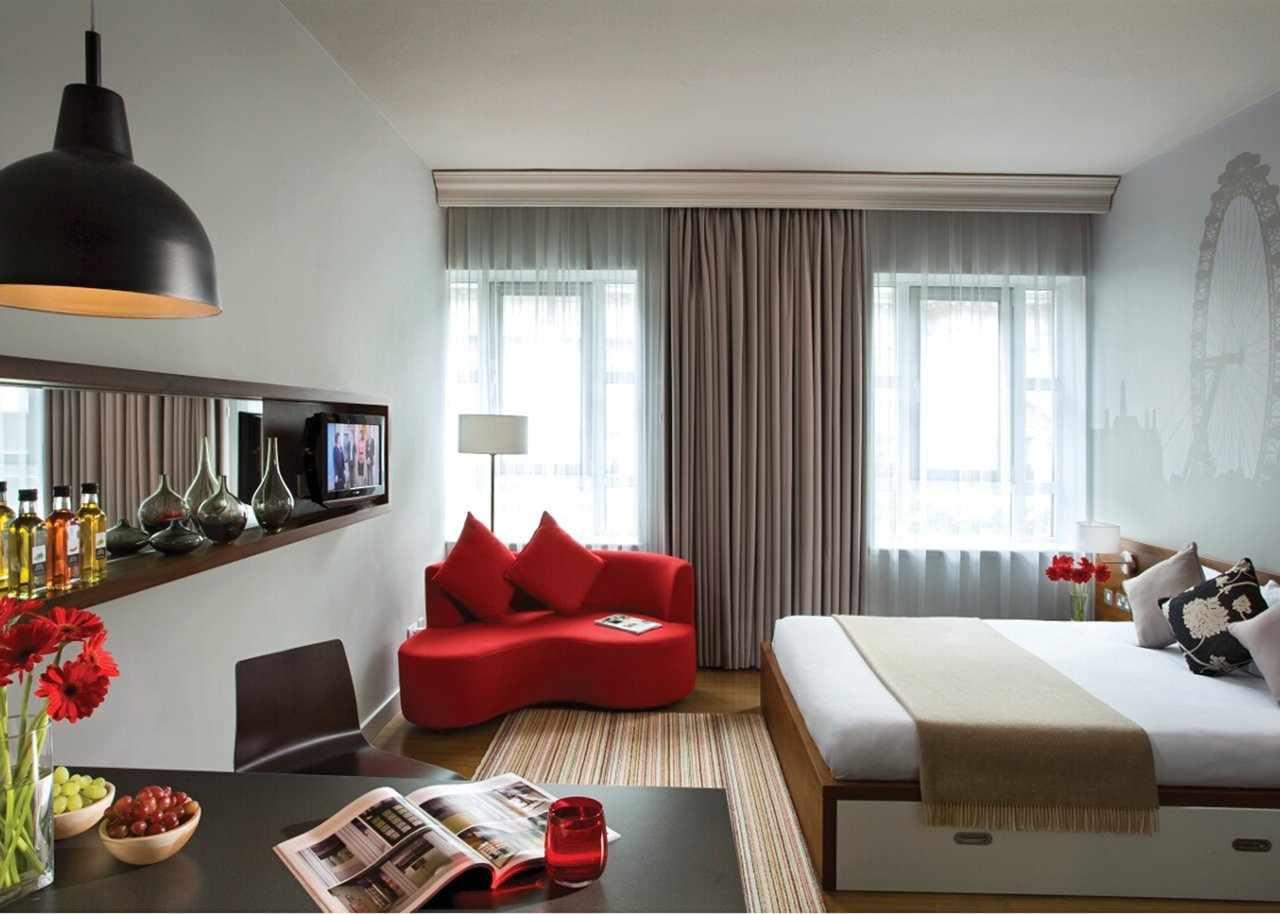 Небольшой красный диван в спальне