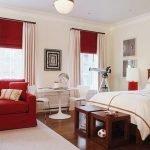 Диванчик и текстиль красного цвета