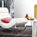 Кресло в интерьере в современном стиле