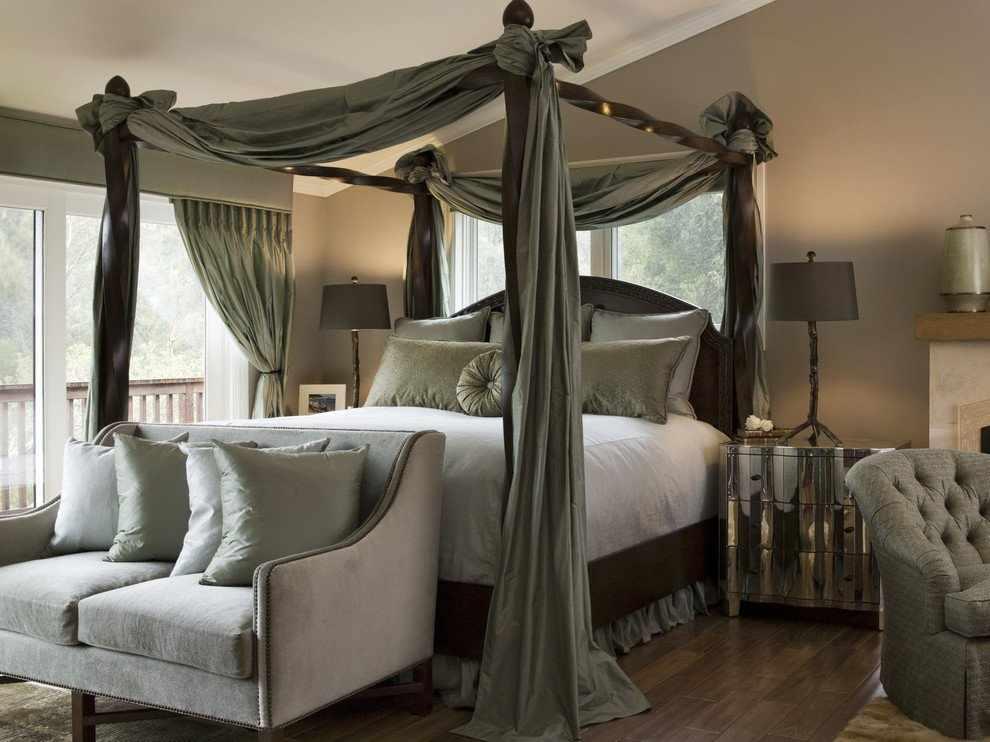 Кровать с темным балдахином