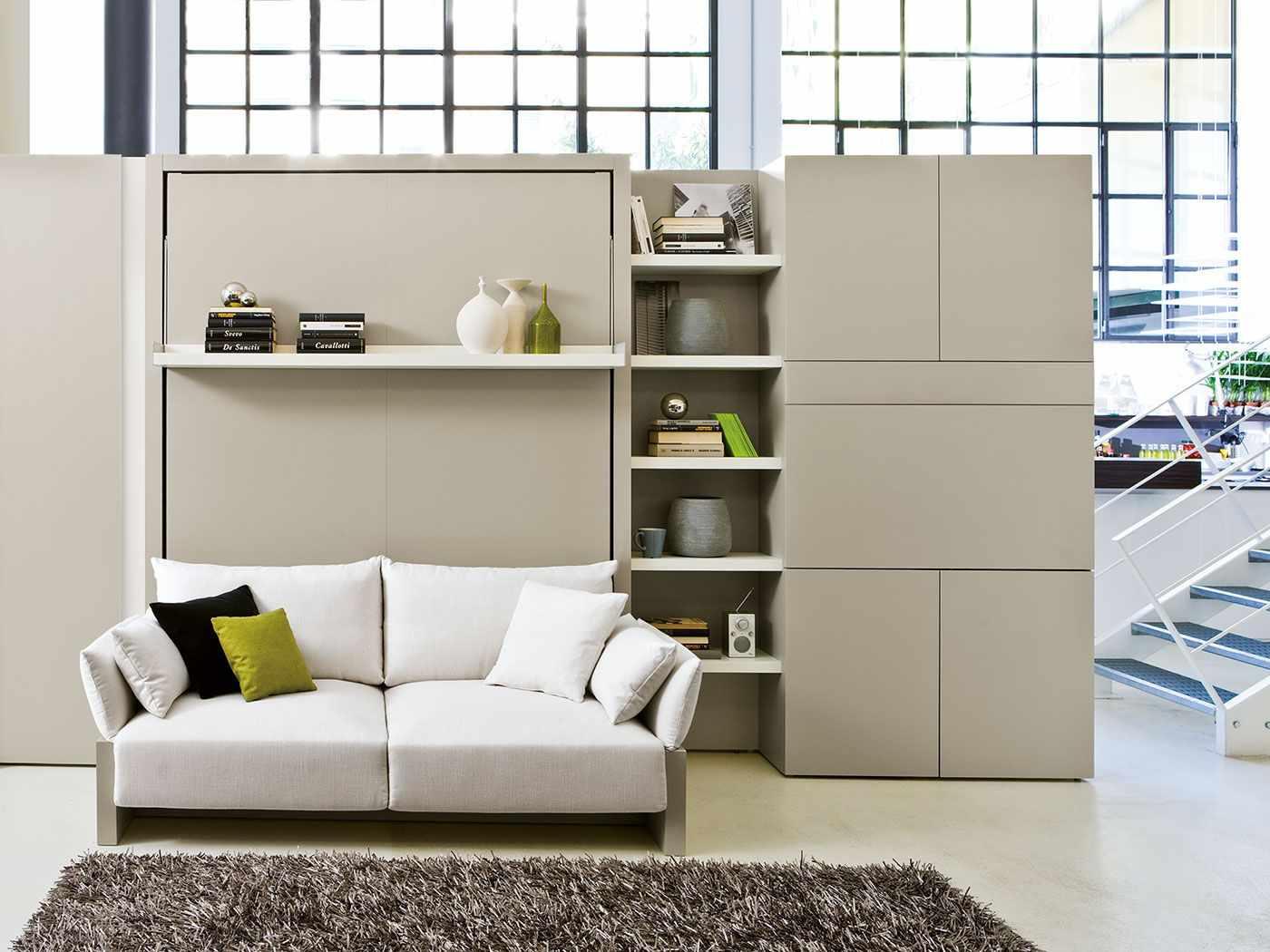 Белый диван с двумя подушками