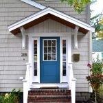 Белое крыльцо с синей дверью
