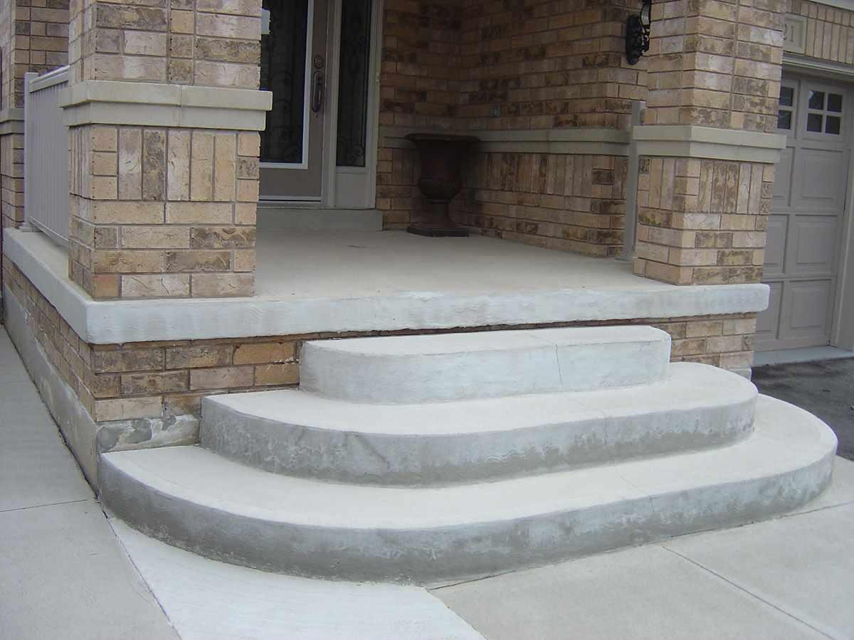 Дом с крыльцом из бетона