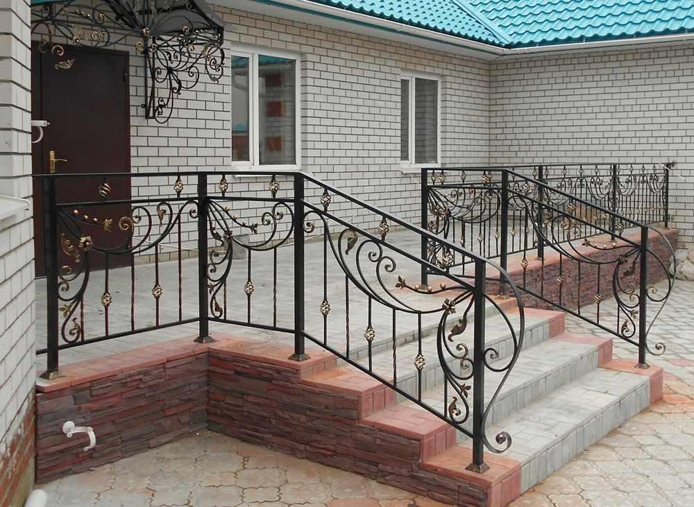 Дом с крыльцом со ступенями и перилами