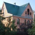 Многощипцовая зеленая крыша
