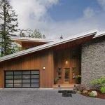 Дом с серой односкатной крышей