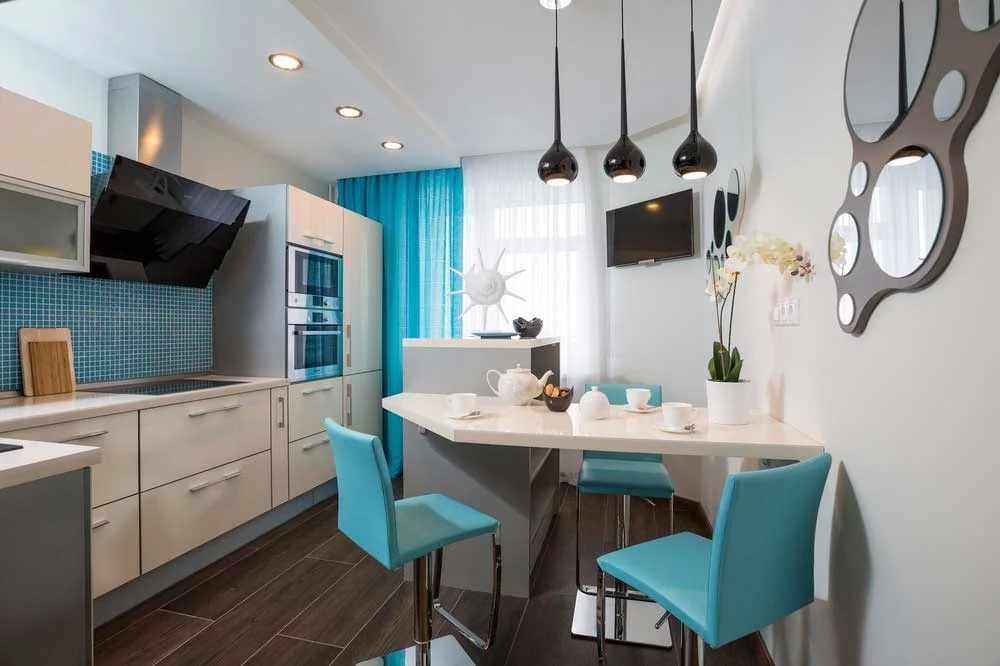 Белые стены и голубой фартук на кухне 12 кв м