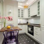 Светлая кухонная мебель с темными столешницами