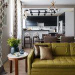 Круглый столик у дивана