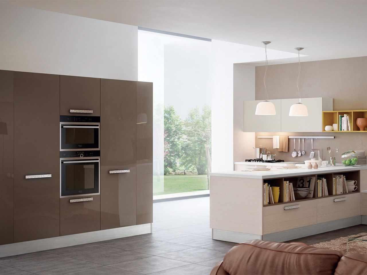 Светлая кухня с мебелью цвета капучино
