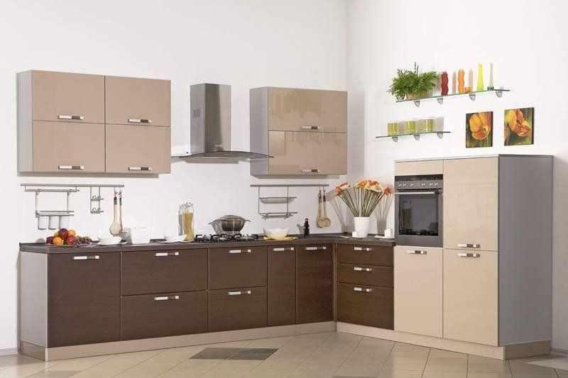 Плитка на полу кухни с мебелью цвета капучино