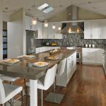 Кухня с островом и столом