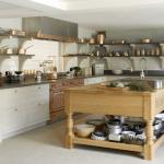 Полка с посудой на острове в кухне